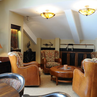 Inspiration pour une salle de séjour sud-ouest américain de taille moyenne et ouverte avec un mur beige et moquette.