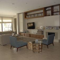 Modern Family Room by Oniroco