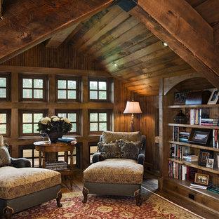 Ejemplo de sala de estar rural, sin televisor, con paredes marrones y suelo de madera oscura