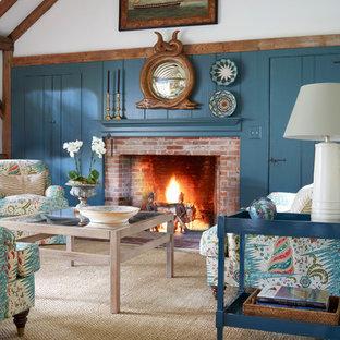 Diseño de sala de estar campestre con paredes azules, chimenea tradicional y marco de chimenea de ladrillo