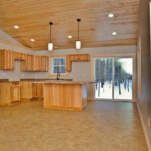 Mittelgroßes, Offenes Rustikales Wohnzimmer ohne Kamin mit weißer Wandfarbe, Linoleum und braunem Boden in Sonstige