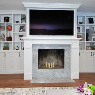 Idee per un grande soggiorno chic aperto con pareti viola, pavimento in legno massello medio, camino classico, cornice del camino in pietra, TV a parete e pavimento beige