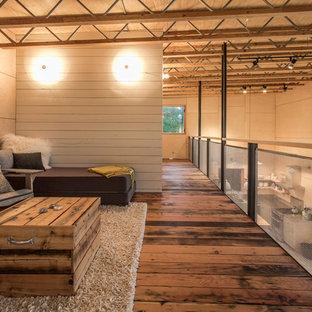 Ispirazione per un soggiorno rustico di medie dimensioni e stile loft con pareti beige, parquet scuro e nessun camino