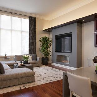 Ejemplo de sala de estar contemporánea con paredes beige, suelo de madera oscura, chimenea lineal y televisor independiente