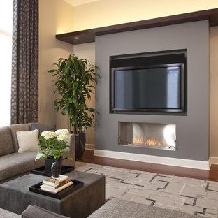 Ejemplo de sala de estar actual con paredes beige, suelo de madera oscura, chimenea lineal y televisor colgado en la pared