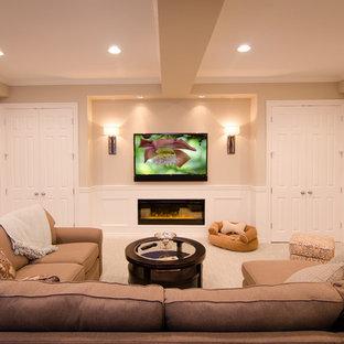 デトロイトの中サイズのトラディショナルスタイルのおしゃれな独立型ファミリールーム (ベージュの壁、カーペット敷き、壁掛け型テレビ、ベージュの床) の写真