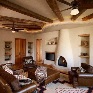 Idée de décoration pour une salle de séjour sud-ouest américain avec un mur beige.