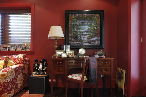 Traditional Family Room by Esther Hershcovich