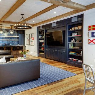 Idées déco pour une salle de séjour bord de mer avec salle de jeu, un mur blanc, un sol en bois brun, un téléviseur encastré et un sol marron.