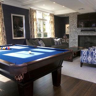 ニューヨークの大きいコンテンポラリースタイルのおしゃれなファミリールーム (ゲームルーム、標準型暖炉、レンガの暖炉まわり、壁掛け型テレビ) の写真