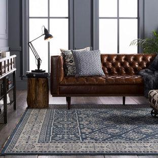 ダラスの中くらいのトラディショナルスタイルのおしゃれなオープンリビング (青い壁、濃色無垢フローリング、テレビなし、茶色い床) の写真