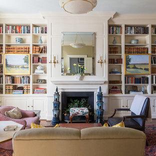 Foto de sala de estar con biblioteca cerrada, tradicional, de tamaño medio, con paredes beige, chimenea tradicional, suelo de madera oscura y marco de chimenea de baldosas y/o azulejos