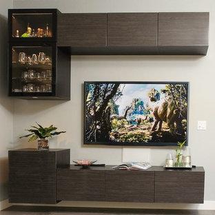 Bild på ett stort funkis allrum, med en väggmonterad TV