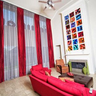 Idee per un grande soggiorno boho chic con pareti bianche, camino classico, cornice del camino in pietra, TV autoportante, pavimento beige e pavimento in gres porcellanato