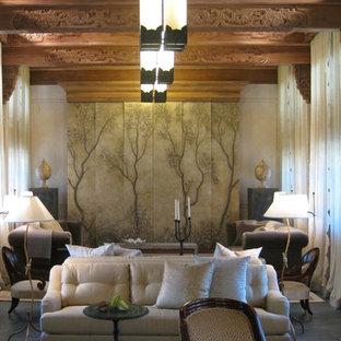 Cette photo montre une salle de séjour asiatique de taille moyenne et fermée avec un mur beige, un sol en ardoise et aucun téléviseur.