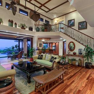 ハワイの大きいトロピカルスタイルのおしゃれなファミリールーム (無垢フローリング) の写真