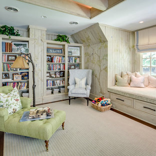 Cette photo montre une grand salle de séjour avec une bibliothèque ou un coin lecture romantique ouverte avec un sol en bois brun, un mur multicolore et un sol marron.