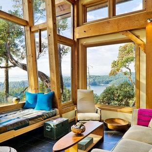 Modelo de sala de estar abierta, rural, pequeña, con paredes amarillas y suelo de pizarra
