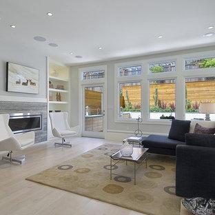 Стильный дизайн: гостиная комната в современном стиле с серыми стенами, светлым паркетным полом, горизонтальным камином и фасадом камина из камня - последний тренд