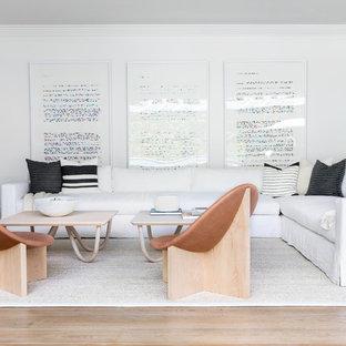 Idéer för ett stort klassiskt allrum med öppen planlösning, med vita väggar, ljust trägolv och beiget golv