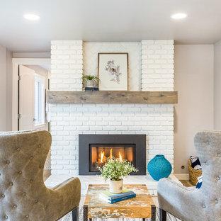 シアトルの中サイズのコンテンポラリースタイルのおしゃれなオープンリビング (淡色無垢フローリング、標準型暖炉、レンガの暖炉まわり、テレビなし) の写真