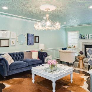 Esempio di un grande soggiorno bohémian aperto con pareti blu, parquet scuro, camino classico e cornice del camino in pietra