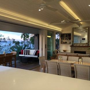 シドニーの広いビーチスタイルのおしゃれな独立型ファミリールーム (白い壁、淡色無垢フローリング、埋込式メディアウォール) の写真
