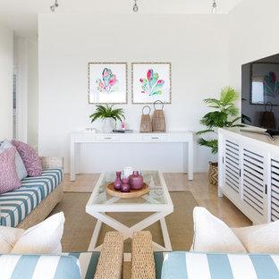 ゴールドコーストの中サイズのビーチスタイルのおしゃれな独立型ファミリールーム (白い壁、セラミックタイルの床、据え置き型テレビ) の写真