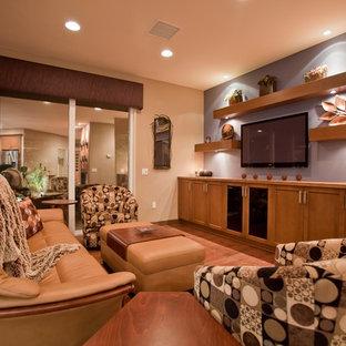 Offenes, Kleines Modernes Wohnzimmer ohne Kamin mit Wand-TV, braunem Holzboden, bunten Wänden und braunem Boden in Sonstige