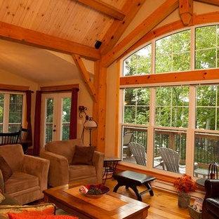 Esempio di un soggiorno stile rurale di medie dimensioni e aperto con pareti beige, parquet chiaro, TV autoportante, stufa a legna, cornice del camino in metallo e pavimento beige