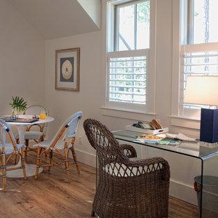 Diseño de sala de estar abierta, de estilo de casa de campo, pequeña, sin televisor, con paredes blancas y suelo de madera clara