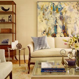 Immagine di un soggiorno chic di medie dimensioni e chiuso con pareti beige, pavimento in legno massello medio e nessuna TV