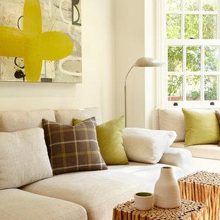 Immagine di un soggiorno minimal di medie dimensioni e chiuso con pareti beige, moquette, nessun camino, nessuna TV e pavimento beige