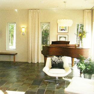 Idee per un piccolo soggiorno minimal aperto con sala della musica, pareti beige, pavimento in ardesia e nessuna TV
