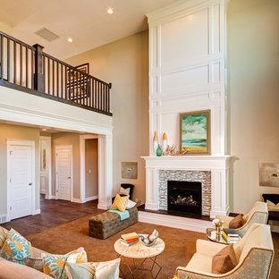 Inspiration pour une salle de séjour traditionnelle avec un mur beige et un manteau de cheminée en carrelage.
