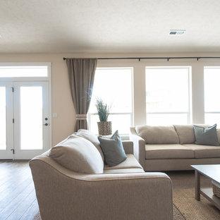 Großes, Offenes Rustikales Wohnzimmer mit beiger Wandfarbe, Linoleum, Kamin und Kaminumrandung aus Stein in Seattle