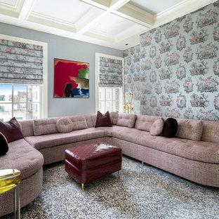 ニューヨークのトランジショナルスタイルのおしゃれなファミリールーム (青い壁、カーペット敷き、マルチカラーの床) の写真