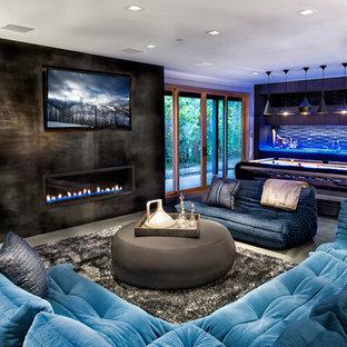 Esempio di un soggiorno contemporaneo aperto con sala giochi, pavimento in cemento e camino lineare Ribbon