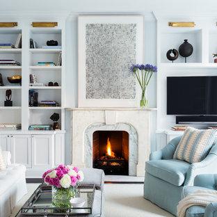 Diseño de sala de estar abierta, clásica renovada, grande, con chimenea tradicional, marco de chimenea de piedra, pared multimedia, paredes azules y moqueta