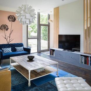 ニューヨークの広い北欧スタイルのおしゃれなオープンリビング (ライブラリー、マルチカラーの壁、濃色無垢フローリング、暖炉なし、据え置き型テレビ、茶色い床) の写真