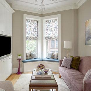 Foto de sala de estar cerrada, clásica renovada, pequeña, sin chimenea, con pared multimedia, paredes grises, suelo de madera clara y suelo beige