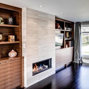 トロントのコンテンポラリースタイルのおしゃれなファミリールーム (タイルの暖炉まわり) の写真