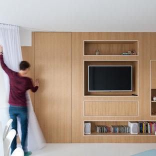 Ejemplo de sala de estar escandinava con pared multimedia