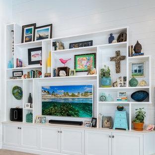 タンパの中サイズのビーチスタイルのおしゃれなファミリールーム (白い壁、淡色無垢フローリング、暖炉なし) の写真