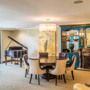 Idee per un soggiorno classico con sala della musica, pareti beige, moquette e camino classico