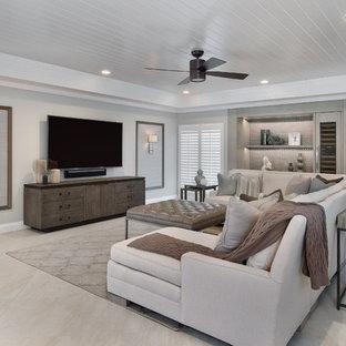 Modelo de sala de estar abierta, actual, grande, sin chimenea, con suelo de travertino, televisor colgado en la pared y paredes blancas