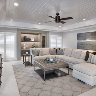 マイアミの大きいコンテンポラリースタイルのおしゃれなオープンリビング (トラバーチンの床、暖炉なし、壁掛け型テレビ、白い壁) の写真