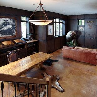 グランドラピッズの大きいトラディショナルスタイルのおしゃれな独立型ファミリールーム (茶色い壁、コンクリートの床) の写真