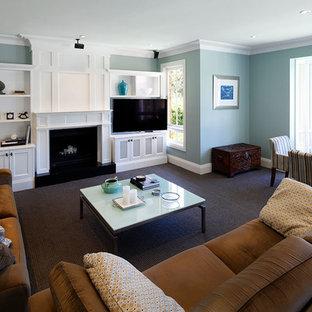 シドニーの大きいトラディショナルスタイルのおしゃれな独立型ファミリールーム (青い壁、カーペット敷き、コーナー型テレビ、茶色い床) の写真