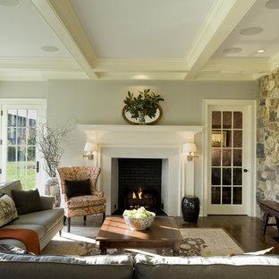 Country Wohnzimmer mit Kaminsims aus Holz in Philadelphia